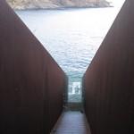 """Sicht aus dem Inneren des begehbaren Walter-Benjamin-Memorials """"Passagen"""" des Künstlers Dani Karavan am Friedhof von Portbou"""