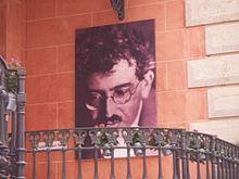 Porträt Benjamins am Eingang des Gebäudes der Walter-Benjamin-Stiftung in Portbou